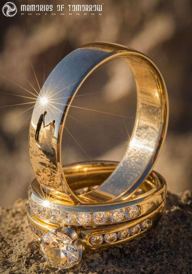 Autodidata fotografa casamentos pelo reflexo das alianças dos noivos