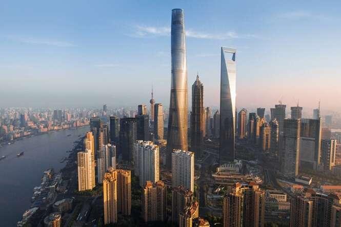 Homem se fere após placa de vidro cair do 76º andar do segundo edifício mais alto do mundo