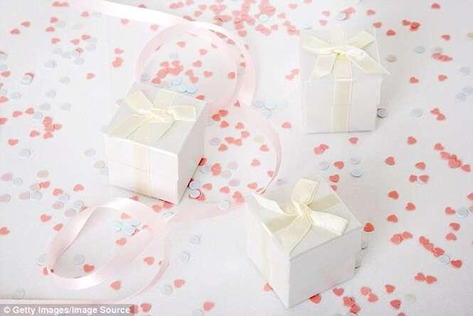 Noivos descontentes com presente de R$ 500 mandam e-mail para convidada