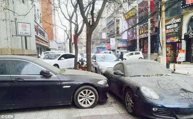 Motorista deixa veículo estacionado há mais de um ano na rua