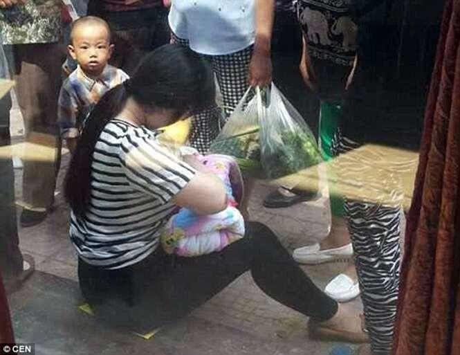 Mulher encontra bebê abandonado na rua e o amamenta