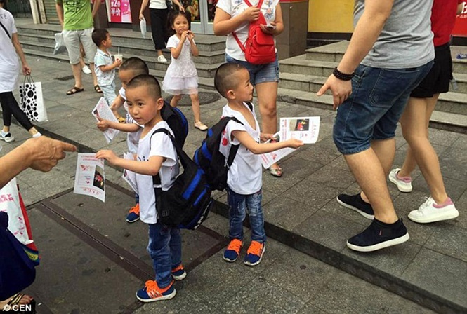 Trigêmeos de cinco anos são vistos distribuindo folhetos na rua à procura da mãe