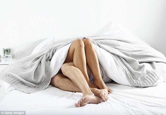 Uma em cada 10 pessoas admite usar o celular durante o sexo