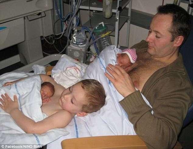 Foto comovente de menino ajudando pai a dar colo a irmãos gêmeos prematuros bomba no Facebook