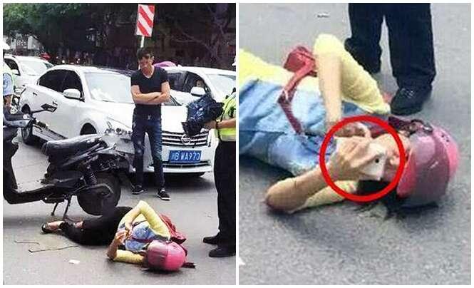 Motociclista checa rede social pelo celular mesmo caída após sofrer acidente