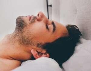 10 dicas para quem ronca parar de incomodar quem dorme ao lado