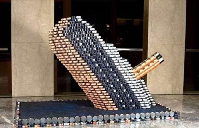 Esculturas criativas feitas com empilhamento de latas
