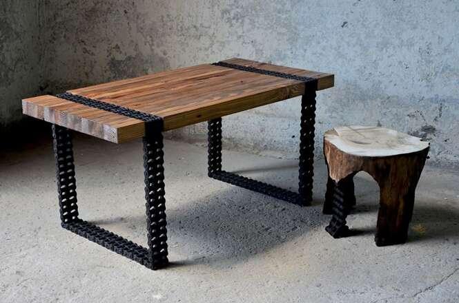Mesa feita de madeira reaproveitada e corrente de motocicleta