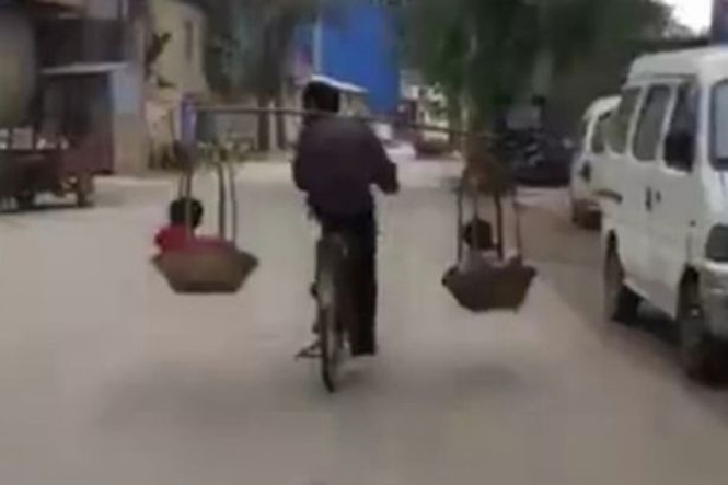 Pai é filmado equilibrando filhos de forma incrivelmente perigosa enquanto pedala bicicleta