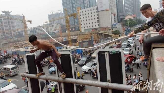 Pessoas despreparadas tentam impedir suicida de se jogar de semáforo