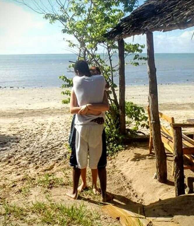 Imagem de casal se abraçando confunde internautas