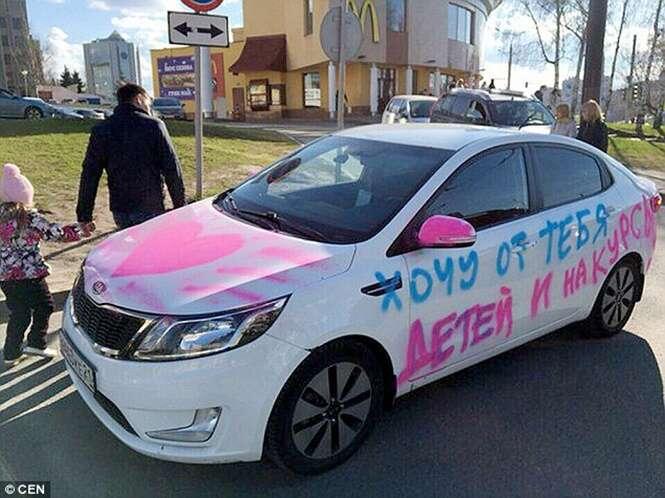 Jovem mulher picha o carro do namorado com pedido de casamento