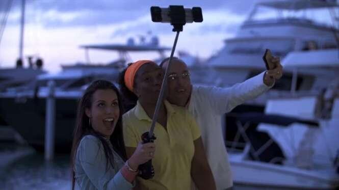 Pau de selfie aprimorado conta com iluminação e ventilador