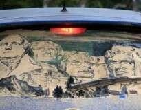 10 desenhos incríveis feitos em vidros sujos de carros