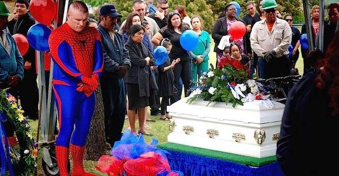 Policial se veste de Homem Aranha no funeral de menino de 5 anos