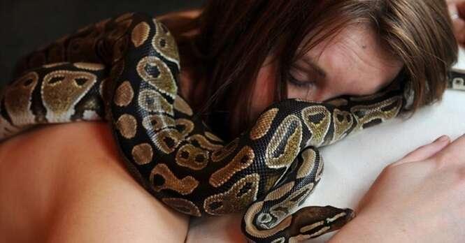 Mulher que dormia com cobra todas as noites fica aterrorizada após veterinário fazer alerta chocante