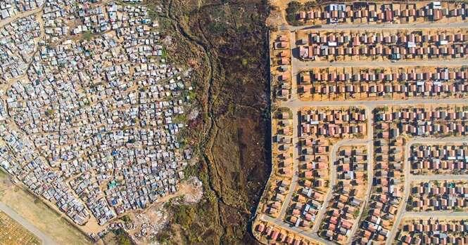 Linhas divisórias capturadas por drones mostram a discrepante diferença entre ricos e pobres