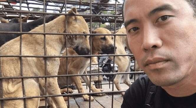 Este rapaz salvou 1.000 cães em um festival de carne de cachorro na China