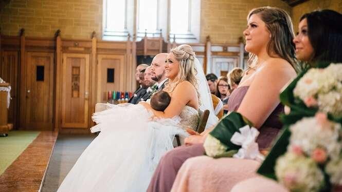 Noiva interrompe casamento para orgulhosamente amamentar seu bebê