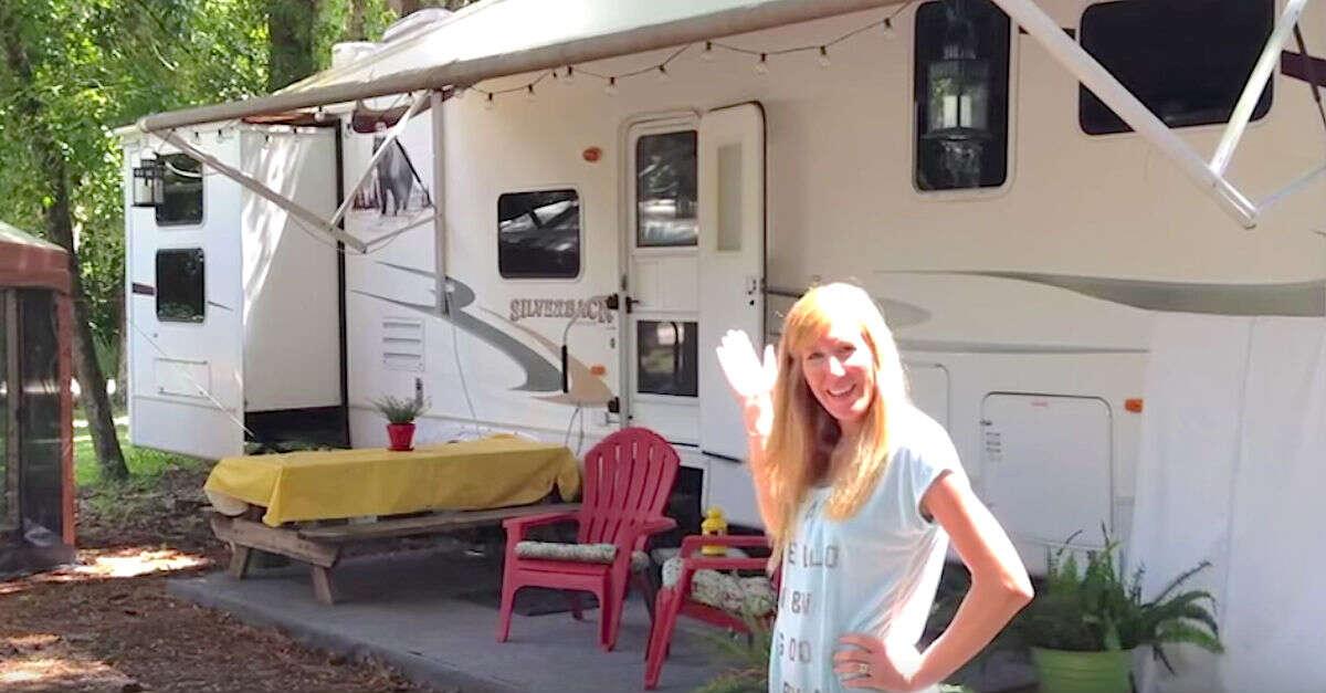 Família de 6 pessoas vive dentro de incrível trailer