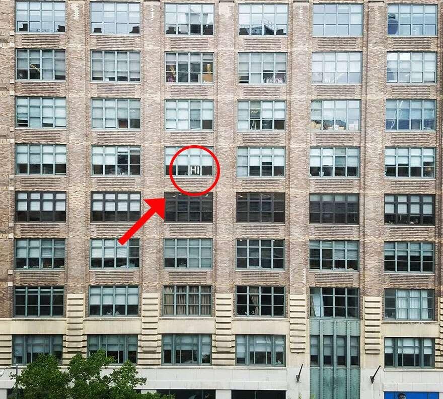 Escritórios chamam atenção com desenhos nas janelas feitos com papéis adesivos