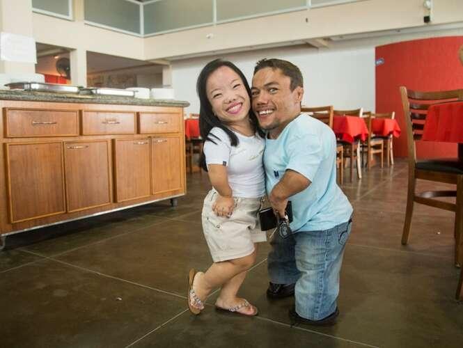 Conheça o casal de brasileiros que é possivelmente o mais baixo do mundo