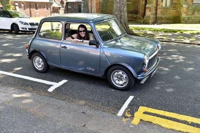Motoristas ficam perplexos com minúscula vaga de estacionamento