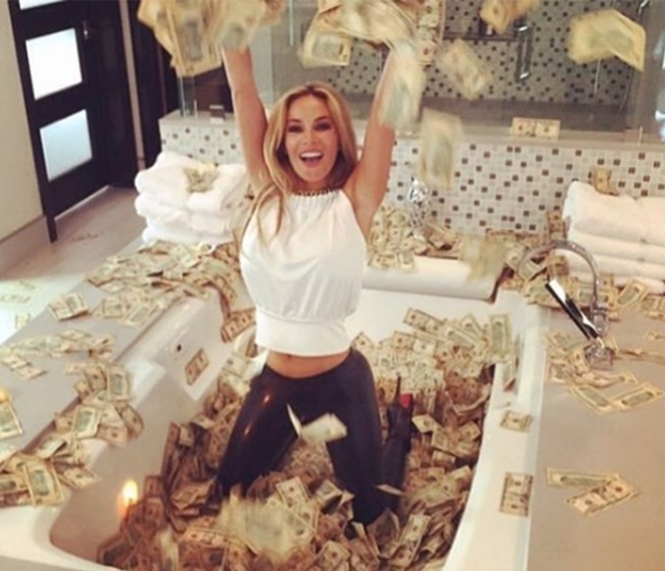 Pais ricos ostentam pilhas de dinheiro, carros caros e viagens de luxo em jatos particulares no Instagram