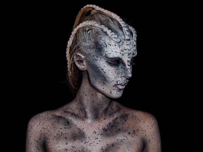 Garota de 16 anos se transforma em monstros diversos graças ao poder da maquiagem
