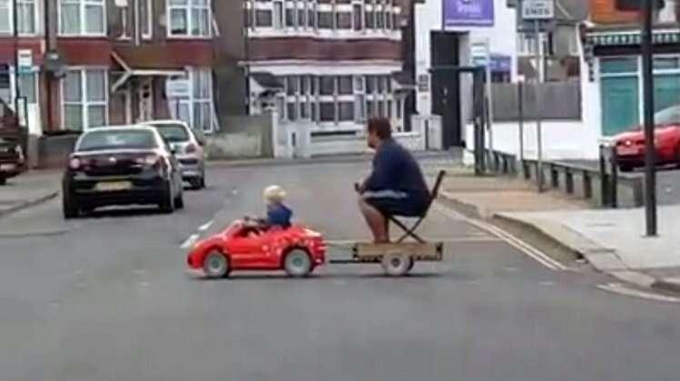 Pai cria veículo para que filho pequeno possa levá-lo do bar para casa