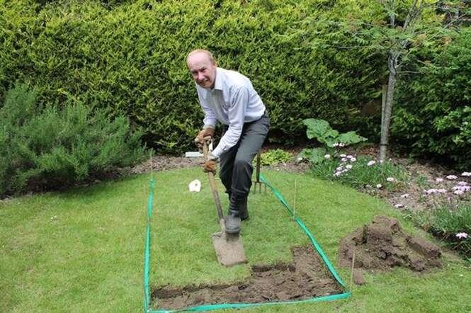 Idoso indignado com valor cobrado por funerária enterra a mãe morta no quintal