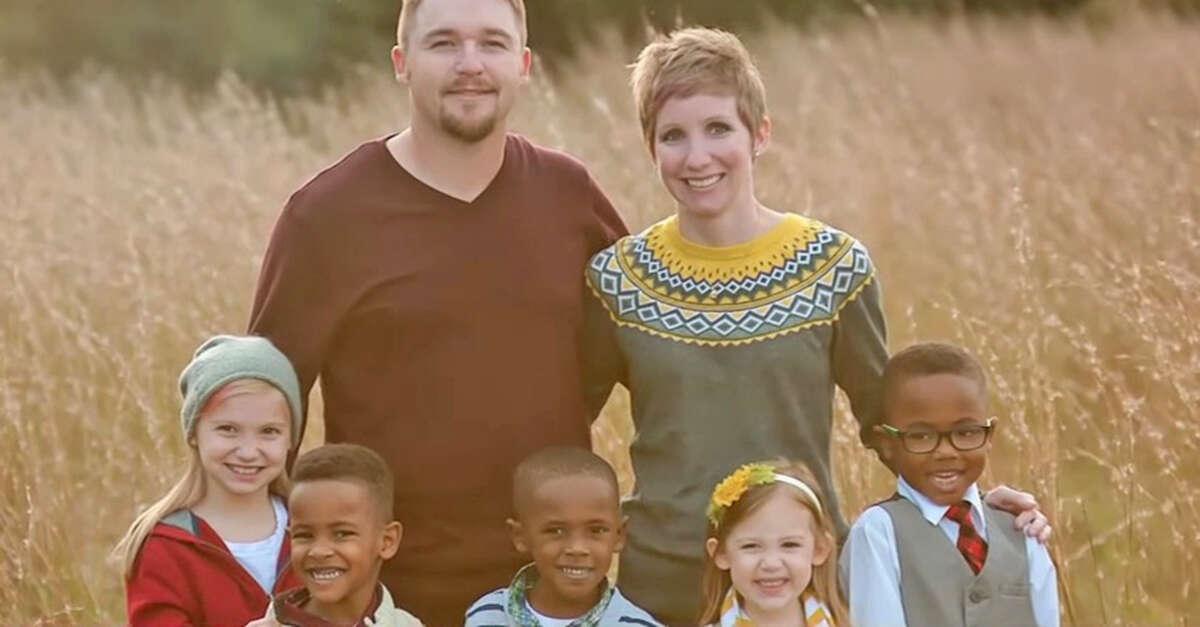 Família adota 3 irmãos órfãos, descobre haver mais um perdido e toma atitude comovente