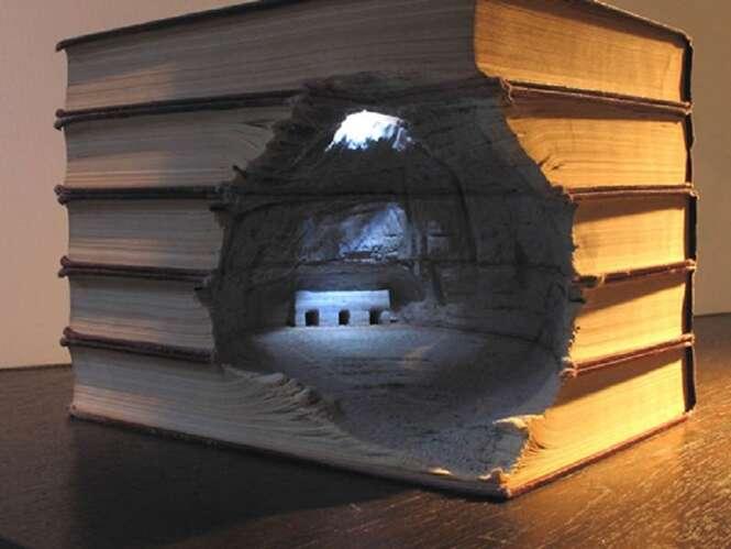 Paisagens brilhantes esculpidas em livros