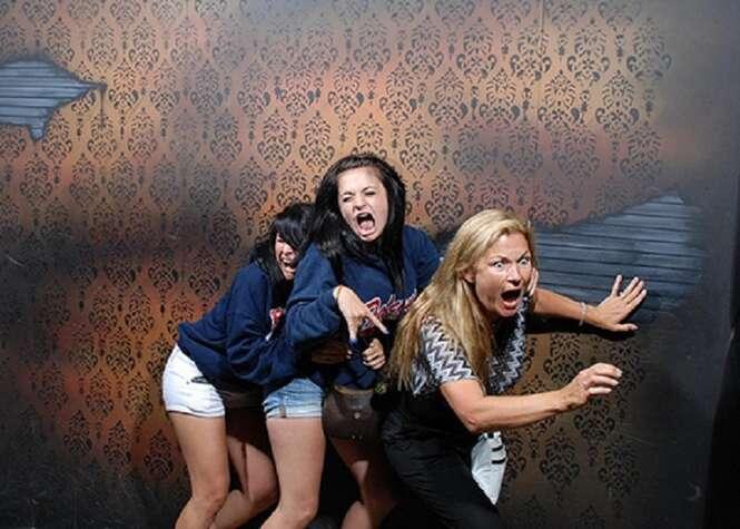 Fotos hilárias de pessoas com medo em casas mal-assombradas