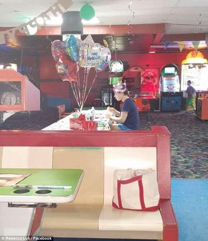 """Autista de 18 anos passa seu aniversário sozinha porque nenhum de seus """"amigos"""" compareceu em sua festa"""