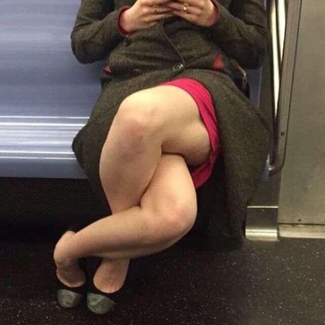 Mulher cruza as pernas de forma bizarra dentro de metrô
