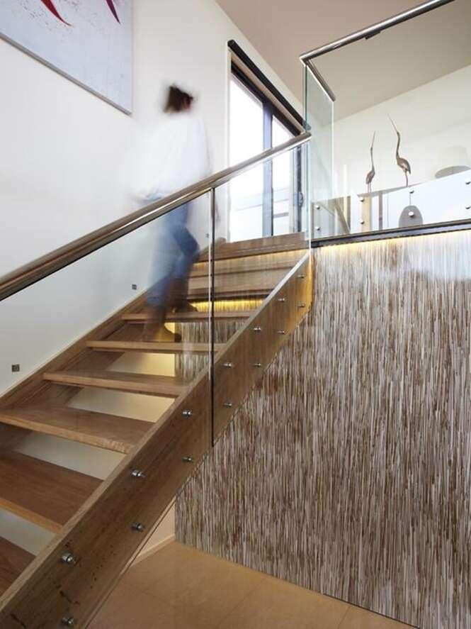 Escadas de madeira que vão dar um charme a mais na sua casa