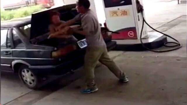 Homem agride esposa e a tranca no porta-malas do carro