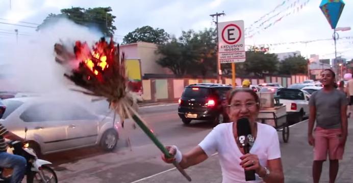 Famosa senhora acende vassoura com fogo da tocha olímpica