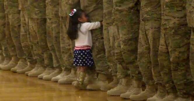 Menina corre para abraçar pai soldado durante cerimônia de retorno do exército