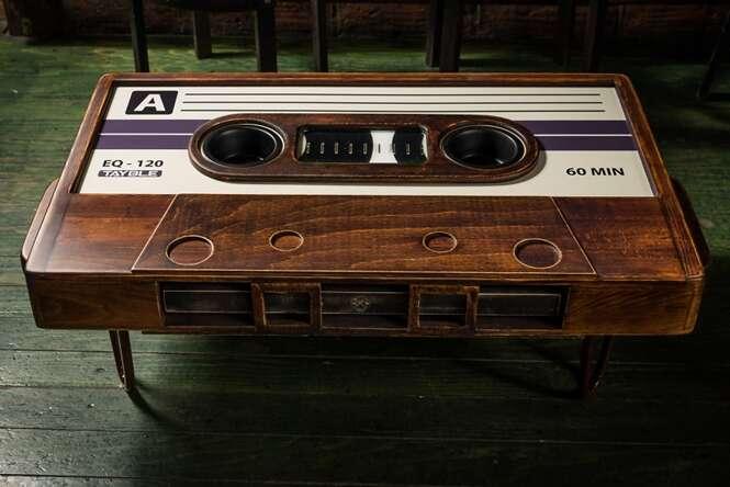 Artista cria mesa incrível no formato de fitas cassetes