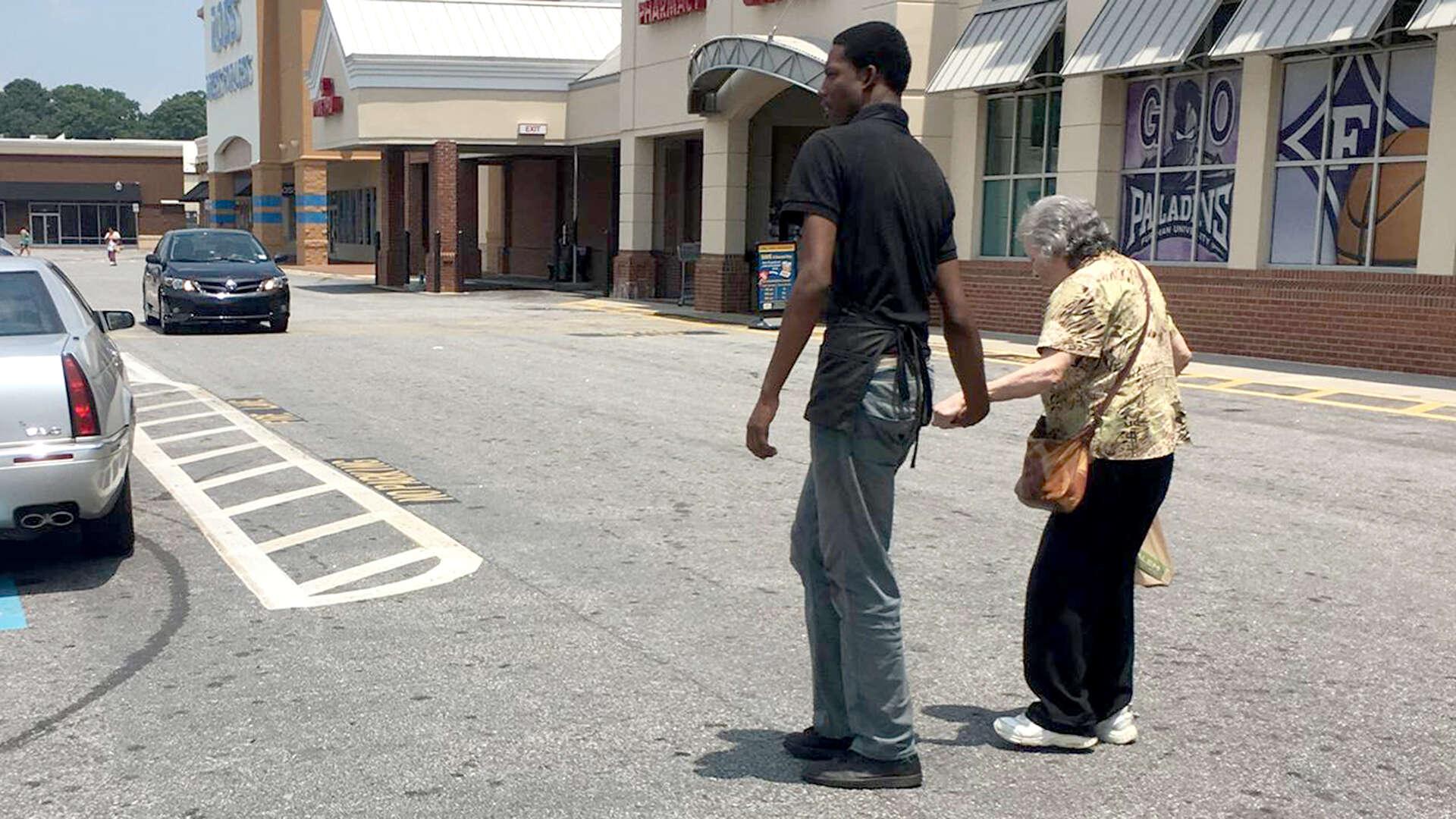 Funcionário de supermercado abandona posto para ajudar idosa no estacionamento