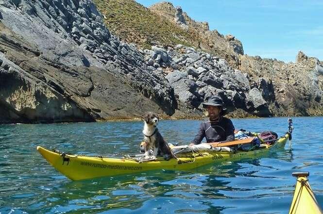 Rapaz larga emprego para viajar de caiaque pelo mundo com seu cão