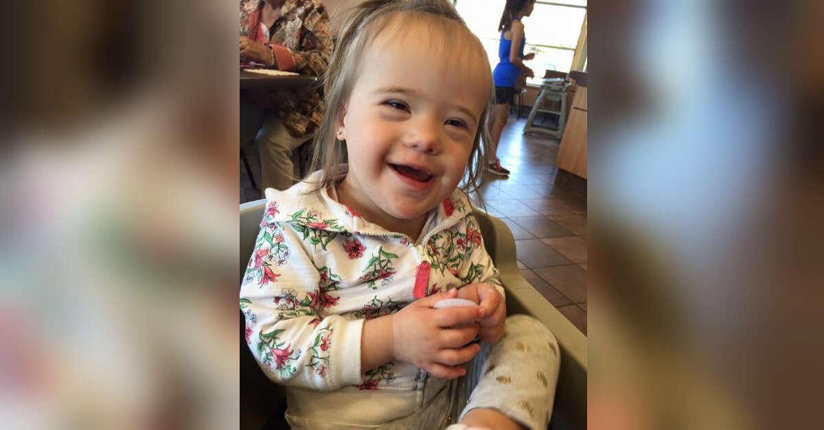 Post de mãe sobre bondade de estranho ao ver sua filha com síndrome de Down comove internautas