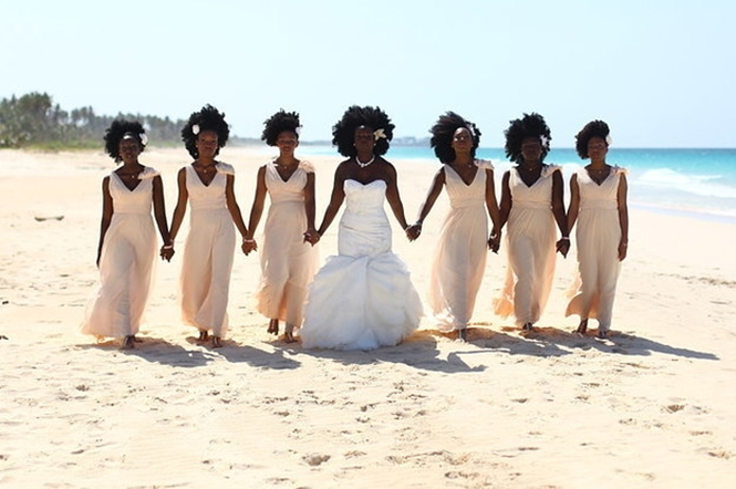 """Internautas ficam fascinados com casamento onde madrinhas decidiram exibir cabelo """"natural"""""""