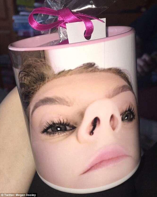 Mulher personaliza caneca com foto mostrando suas narinas e presenteia o namorado
