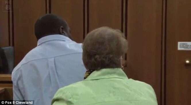 Pai salta sobre estuprador que matou sua filha logo após agressor ser condenado à pena de morte