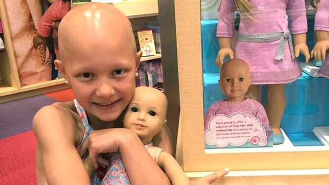 Mãe se emociona ao encontrar bonecas carecas para presentear filha doente em seu 8º aniversário