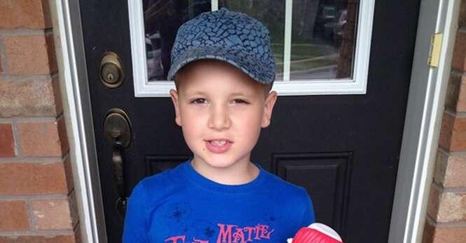 Mãe vai às lágrimas após ver convite especial de aniversário que filho autista recebeu na escola
