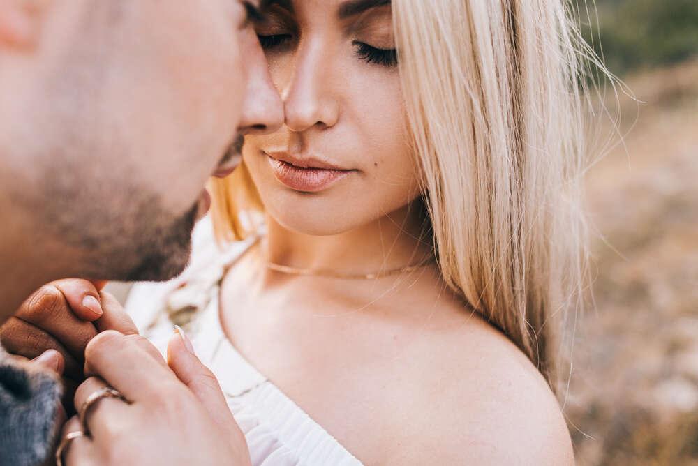 Coisas comuns aos homens que fazem suas companheiras se sentirem feias